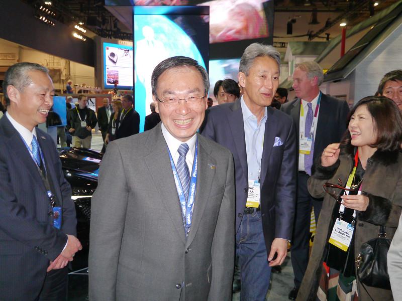 パナソニックブースを訪れたソニーの平井一夫社長を、パナソニックの津賀一宏社長が案内