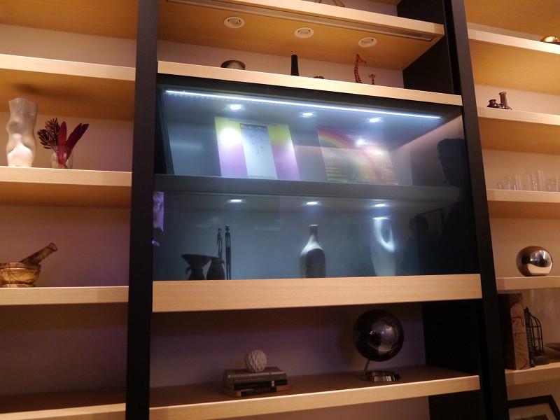 透明液晶ディスプレイを家具に統合したファニチャーディスプレイ