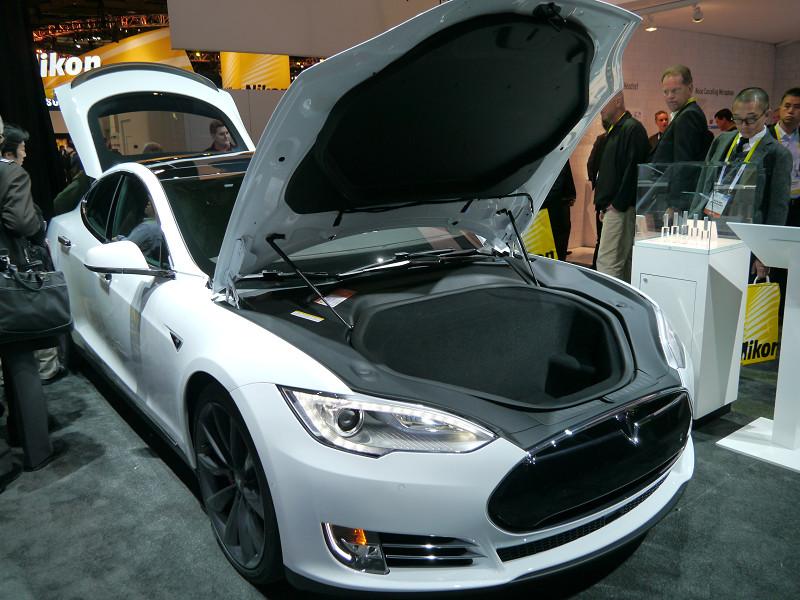 パナソニックがバッテリーを供給している、テスラのモデルSを展示