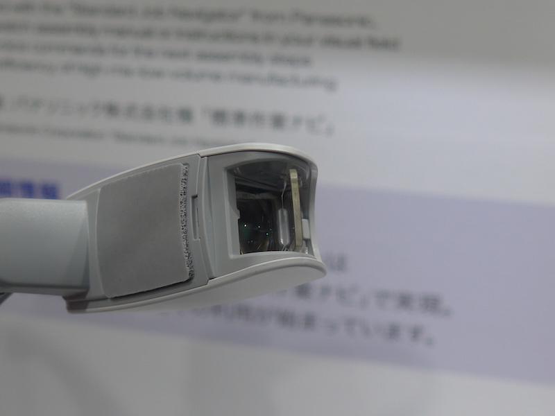 端末の先端にある液晶パネルで、720P(1,280×720ピクセル)の動画を表示する