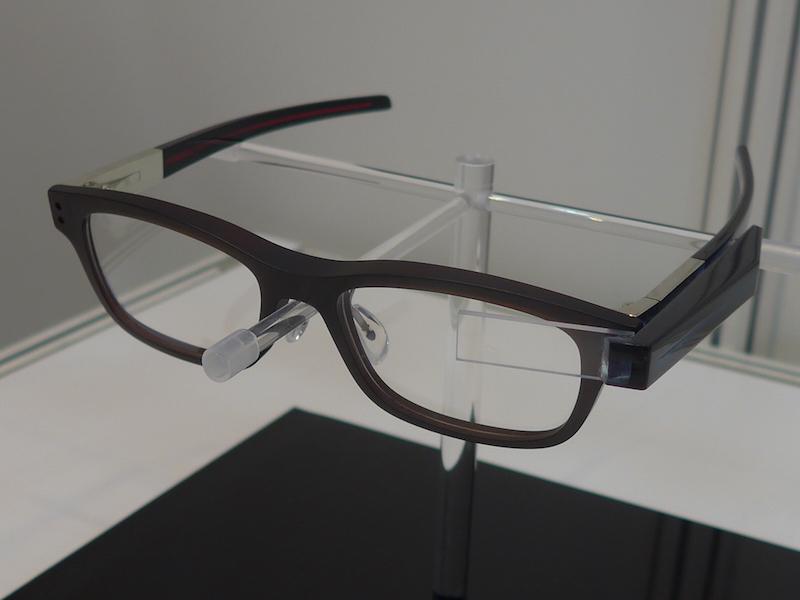 BOSTON CLUBが参考出品したスライド脱着システム「ネオプラグ」に対応したメガネ