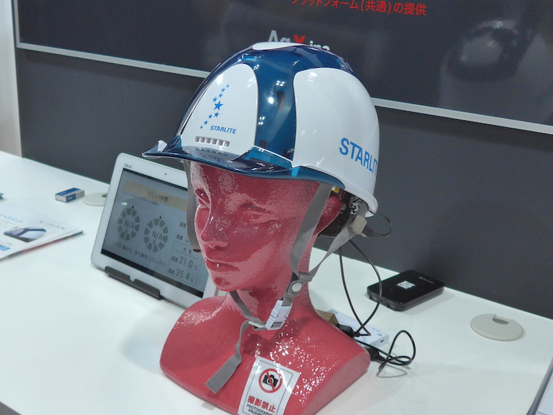 温度や湿度、脳波センサーなどを内蔵したスターライトの工事用ヘルメット
