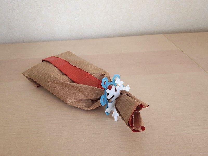 紙に包んでくしゃっとしたら、ゆきゴムで留めるだけ。リボン代わりになり、気軽なギフトっぽい印象に