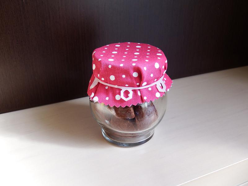 空きビンにチョコを入れて布で蓋をしたら、ゆきゴムで留めます。さすがに輪ゴムではかっこ悪いけれど、これなら見えても気になりませんね