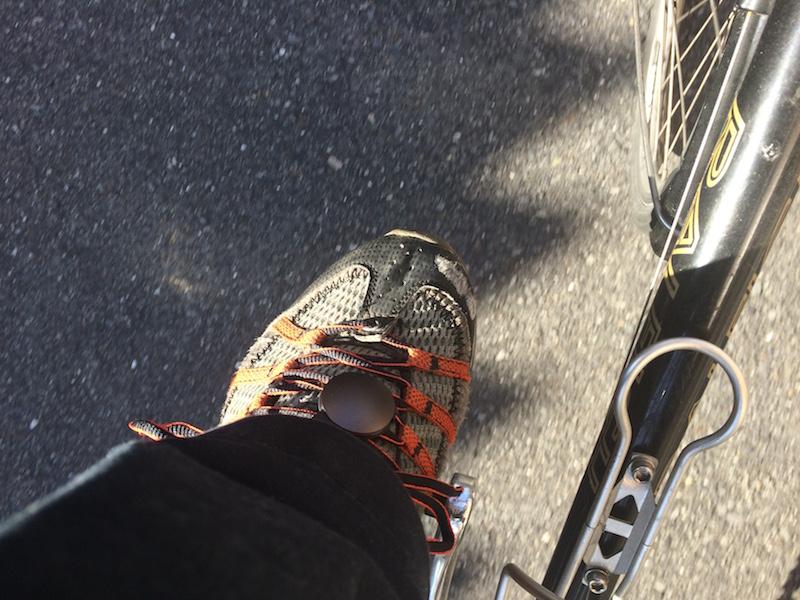 サイクリング時は、シューズに装着した方が、正確な活動量を測れるという