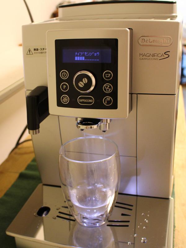 内部の管にお湯を通すことで、管に残ったコーヒーやゴミなどを洗浄する