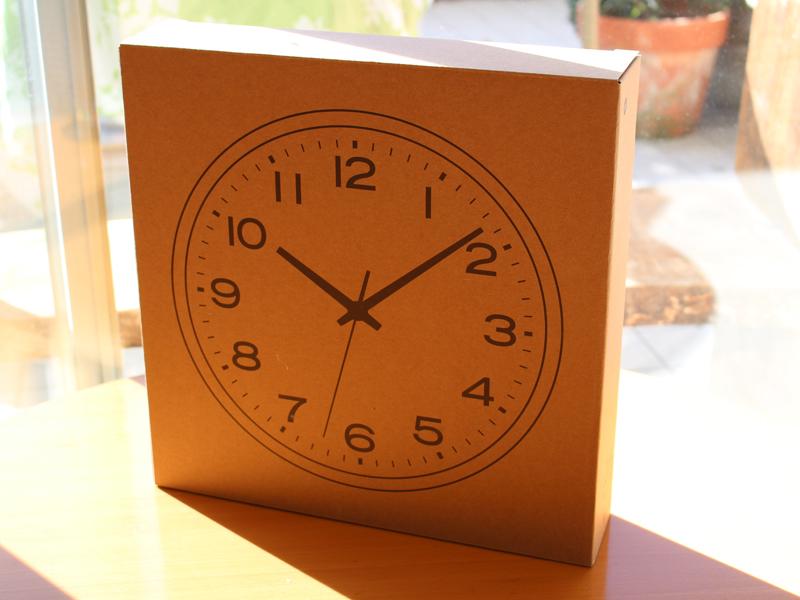 無印良品の掛け時計「アナログ時計・大 掛け時計・ブナ材ダークブラウン」。製品パッケージ