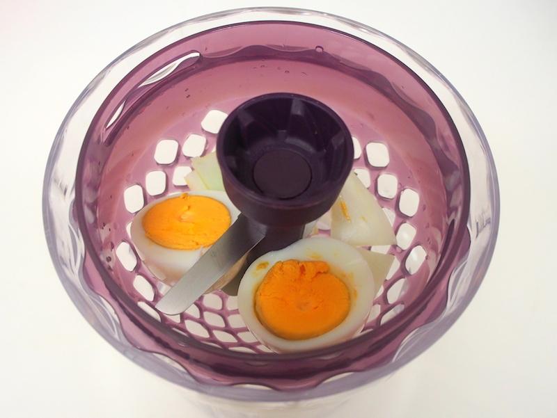 ゆで卵と玉ねぎをチョップドロップモードでカット