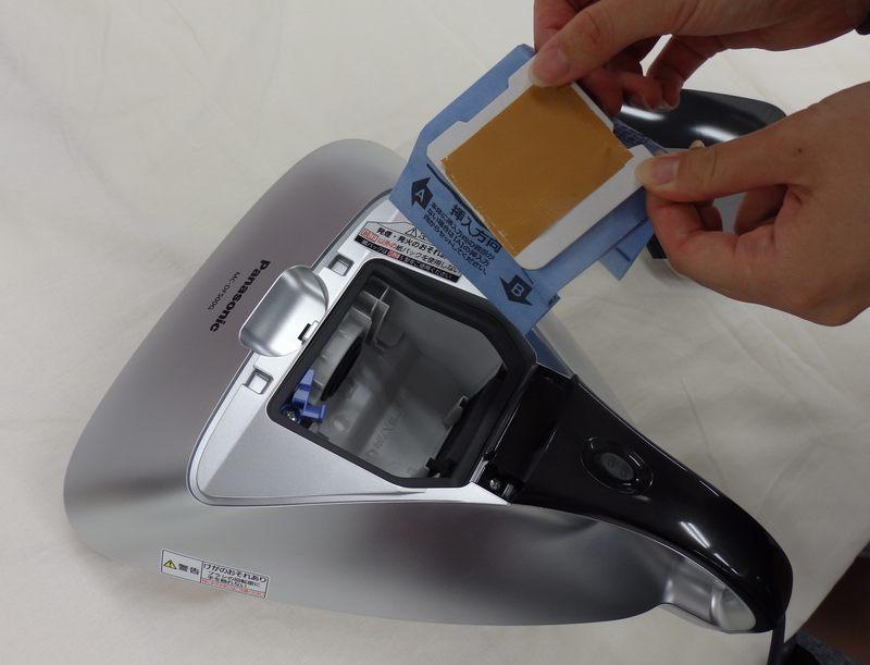 紙パックの交換時に、吸入口からのホコリの舞い上がりを防ぐなら、このようにガムテープなどでふさぐのがおすすめだ