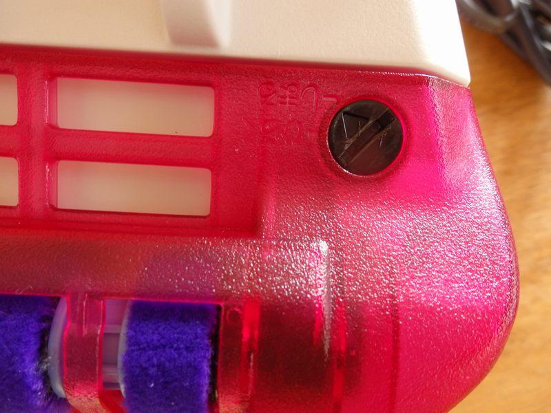 ブラシ部分のお手入れをする際には、カバーをコインなどを使って外す