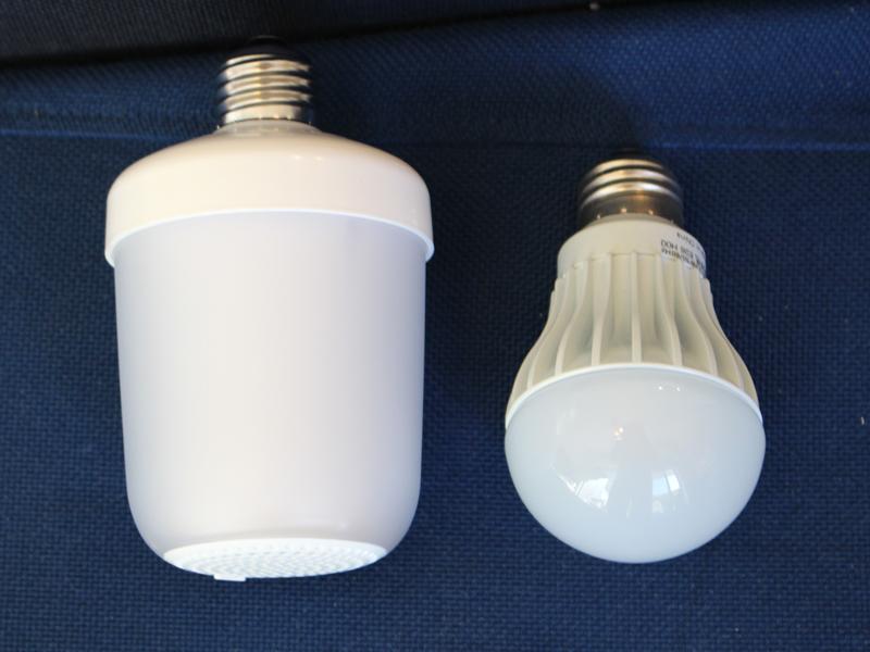 一般的なLED電球(右)と大きさを比べたところ