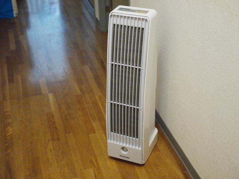 花粉の侵入を阻止するために玄関に設置したアイリスオーヤマの「花粉空気清浄機 KFN-700」