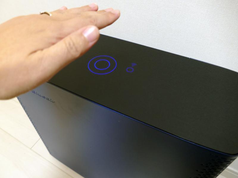 手をかざして操作する「モーション操作」を採用