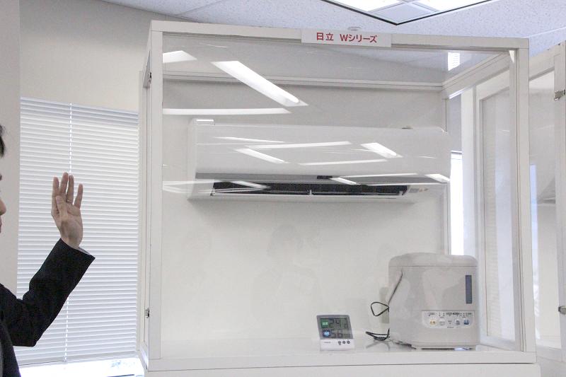 除湿機能には冷やしすぎない最熱方式を採用。加湿器を運転させて実験した