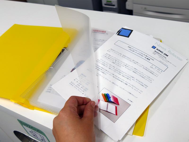 ファイルのポケットがクリアファイルのように大きく開く構造になっていて、書類の整理がしやすい
