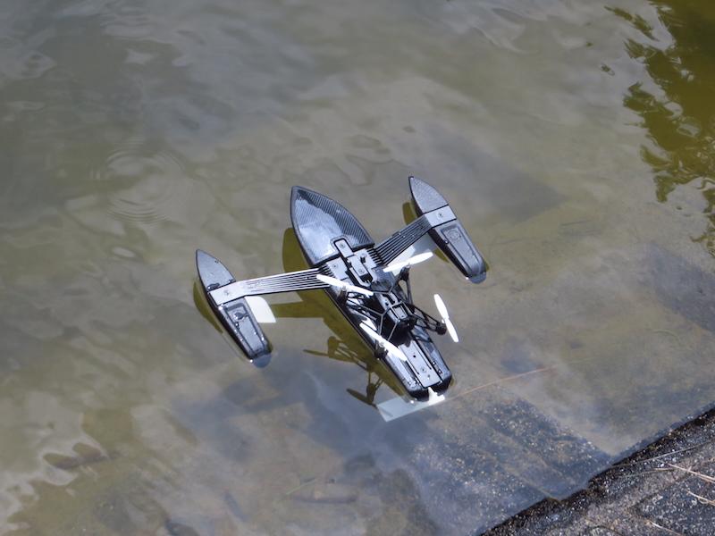 水辺に浮かべたところ。この時点では、ミニドローンはハイドロフォイルの背中にピッタリと乗っている状態