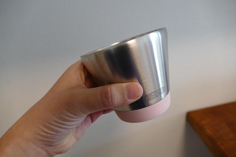 サーモスの「真空断熱カップ JDD-300」。女性の手にも馴染みやすいサイズとデザインを採用