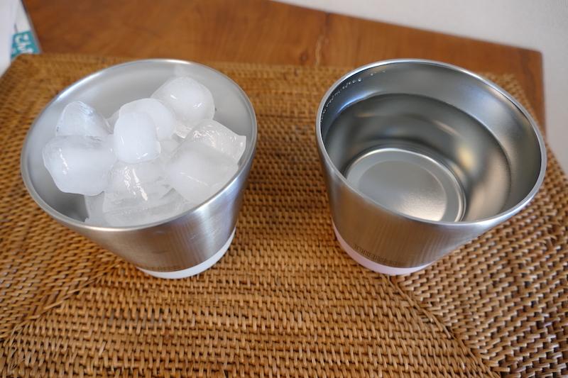右がお湯を入れたカップ、左が氷を入れたカップ。1時間経っても氷は全く溶けていなかった。ただ、お湯は40℃まで温度が下がっていた