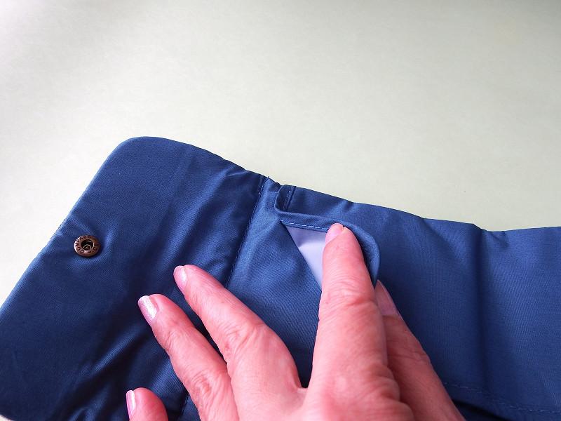 マスクを入れる部分は2方向がオープンで入れやすい構造。短い辺の端は25mmほど縫い留めてあり、マスクがずれにくい工夫が
