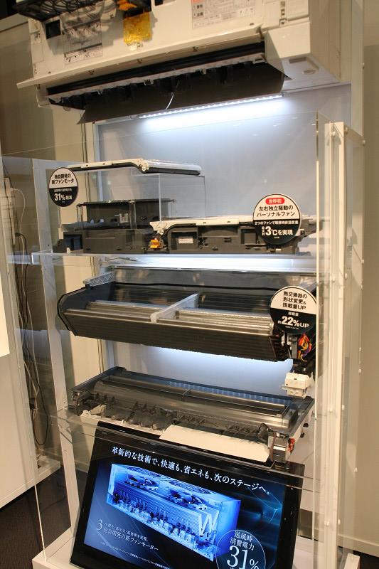 カットモデル。大きく3ユニットになっており、送風ユニット、熱交換器ユニット、風向きを変えるフラップユニット