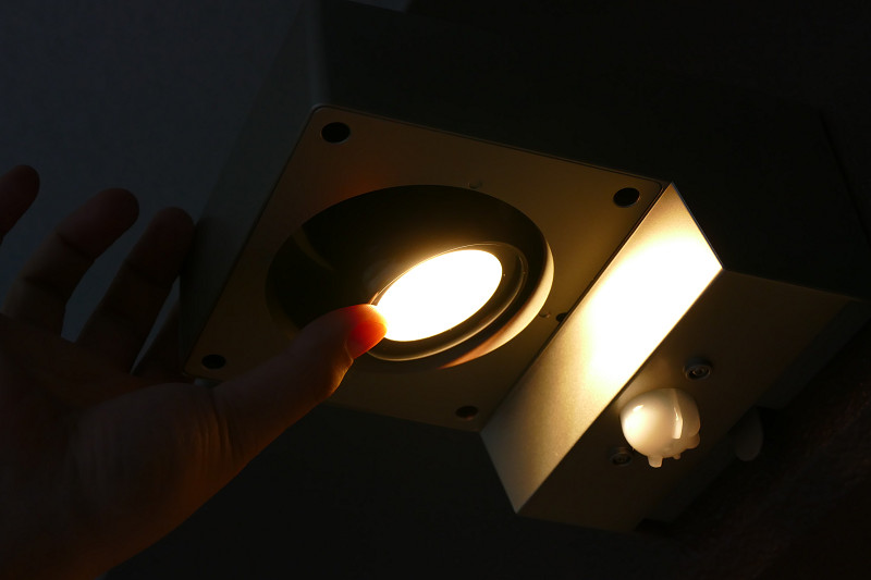 ライトとセンサーの角度は手で調整できる