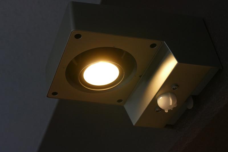 明るさは30lmの「暗」に設定。電池寿命は約2年と長い