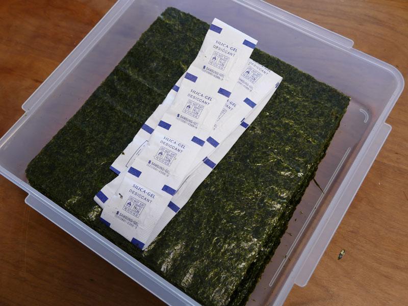 海苔の袋に同梱されている乾燥剤もケースに移す