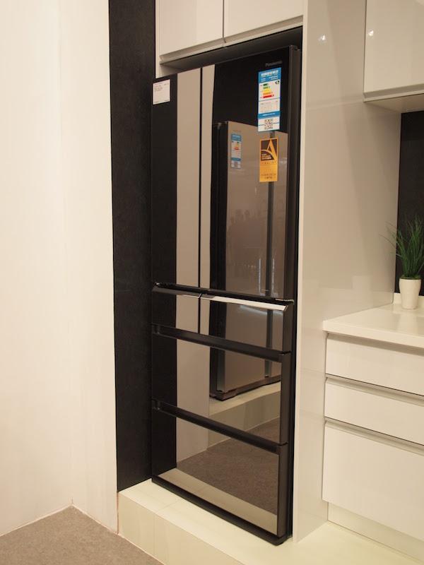 ガラスフラットパネルを採用し、「品」を重視した外観デザインの冷蔵庫