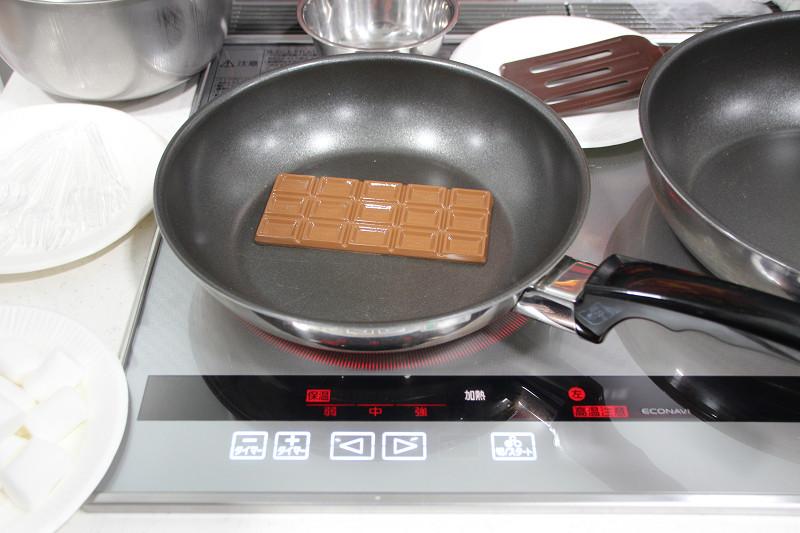 フライパンに板チョコを直接入れる