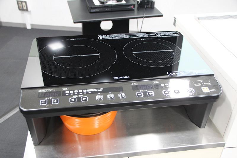 アイリスオーヤマ「2口IHコンロ」。一般的なガステーブルと同じ幅で簡単に設置できる