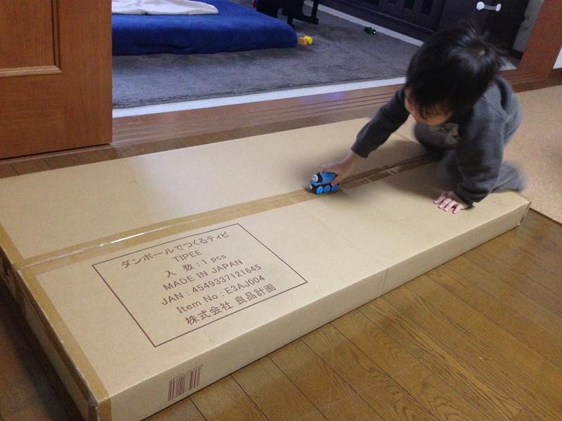 梱包は素材と同じダンボールで届く。薄いが、かなりの大きさ