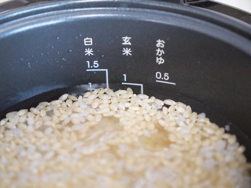 白米と玄米、それに水を適量入れる