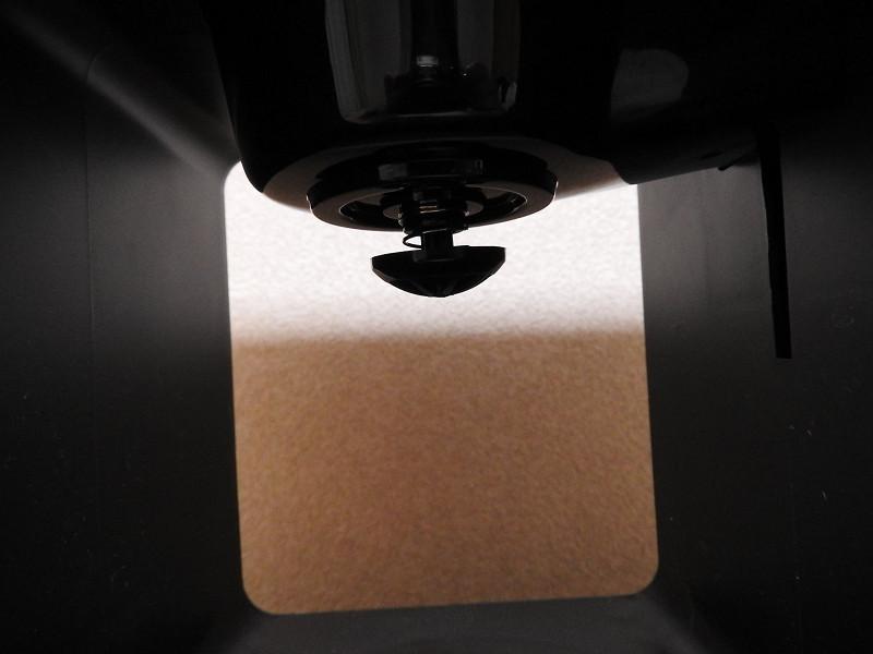 ガラスサーバーを置く上部には、中央にしずく漏れ防止弁があるため、斜めに差し込むようにしてガラスサーバーを入れる