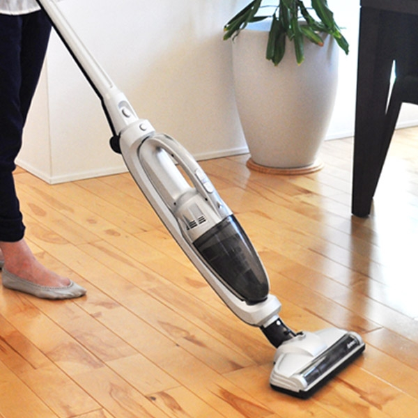 パワーブラシで床面のゴミをかき出す