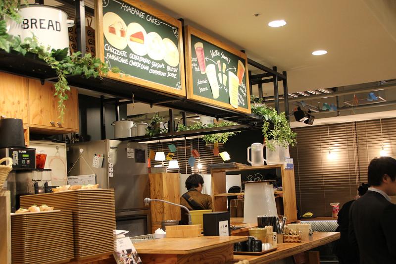 併設のカフェで「けむらん亭」を使った燻製メニューを提供