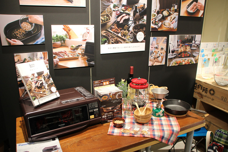 カフェ内には、燻製アイテムを展示