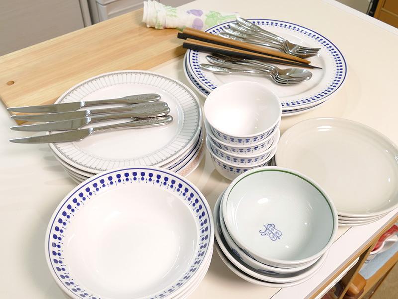 今回用意した4人分の食器、箸、カテラリー。まな板、ふきんも乾燥する