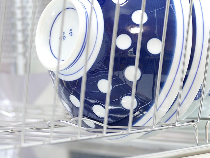 食器カゴの右側には茶碗用にワイヤーが少し飛び出している。茶碗が安定して入れられる