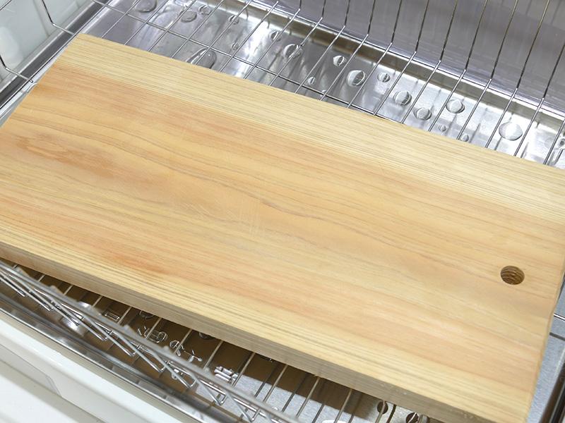 食器と一緒に入れた木製のまな板もすっかり乾いていた