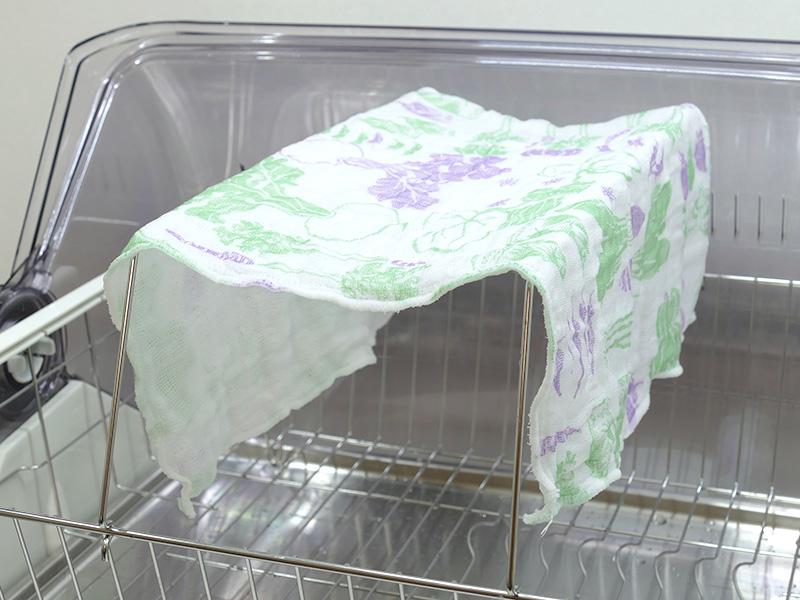 付属の「ふきんかけ」は食器カゴにひっかけるだけで簡単に取り付けられる。ふきんを広げて吊るす