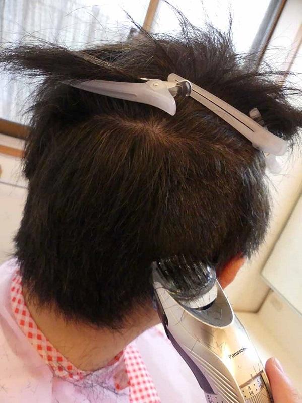 切った髪が溜まり過ぎると切れ味が悪くなるので、定期的にポイッと捨てながら
