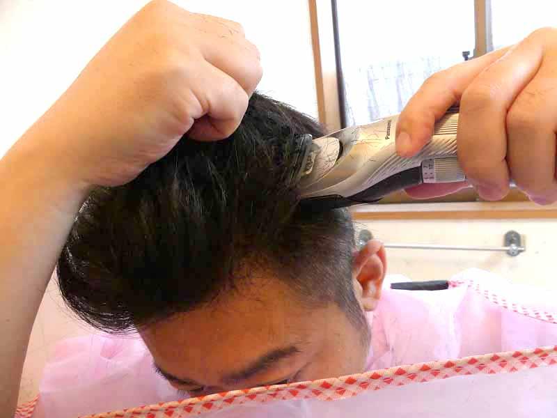 毛量を軽くしたい部分を指でつかんで垂直に刃を当てるイメージ