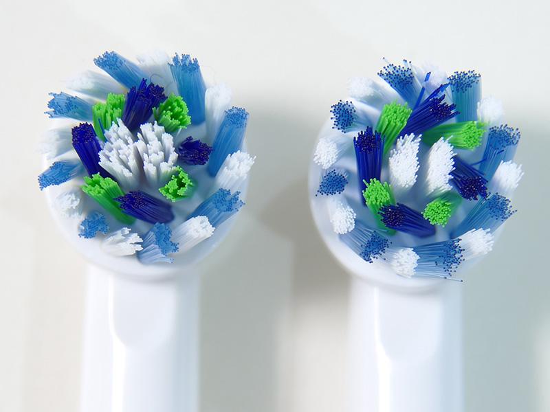 右が新品のブラシ、左はほぼ3カ月使用したもの。薄いブルーのブラシが白くなったら交換だが、まだ大丈夫。価格は高いが長持ちする