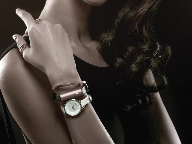 円柱形のブレスレットタイプのため、時計と一緒でも違和感なく使える