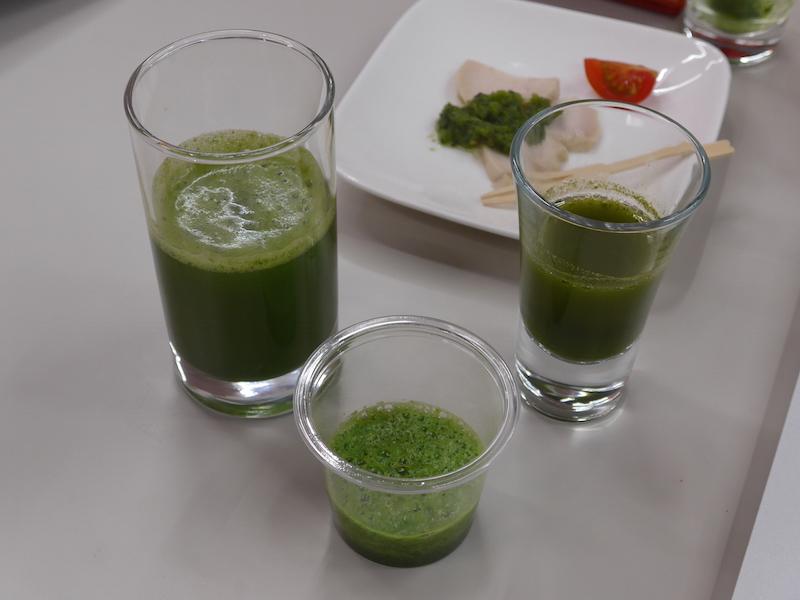 ヘルシオグリーンプレッソとミキサーで作った、小松菜をベースにした青汁を飲み比べる。グリーンプレッソで作ったものは、舌触りやのどごしがやわらかく、飲みやすい