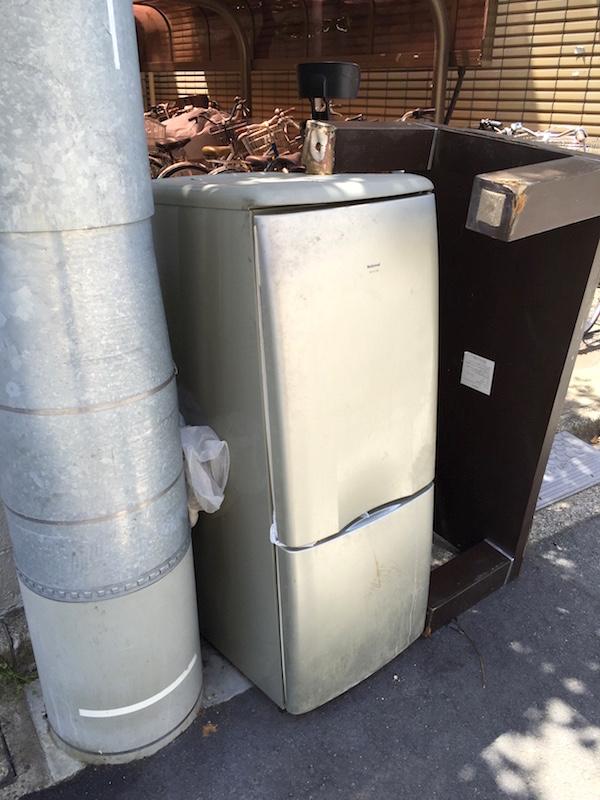小さめの冷蔵庫。壊れたのか、世帯を持つなどして大きなものに買い替えたのか?