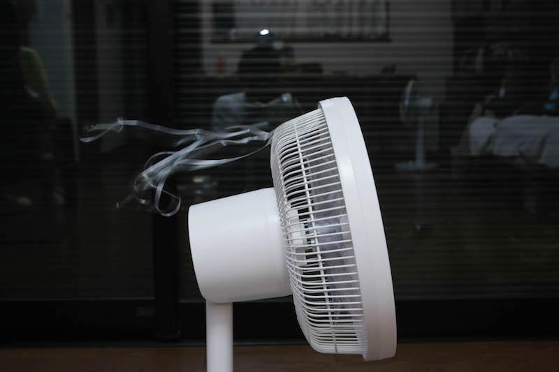 扇風機が逆回転するのは非常に不自然なのだが、送られる風は非常に自然という不思議な扇風機