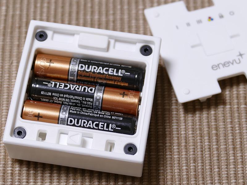 単四形デュラセル乾電池が3本、はじめから同梱されている