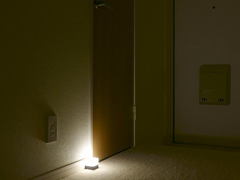 足元をほのかに照らしておけば、夜中に目が覚めてトイレ行く時の明かりとしても有効だ。安全に歩け、眠りの妨げにもならない