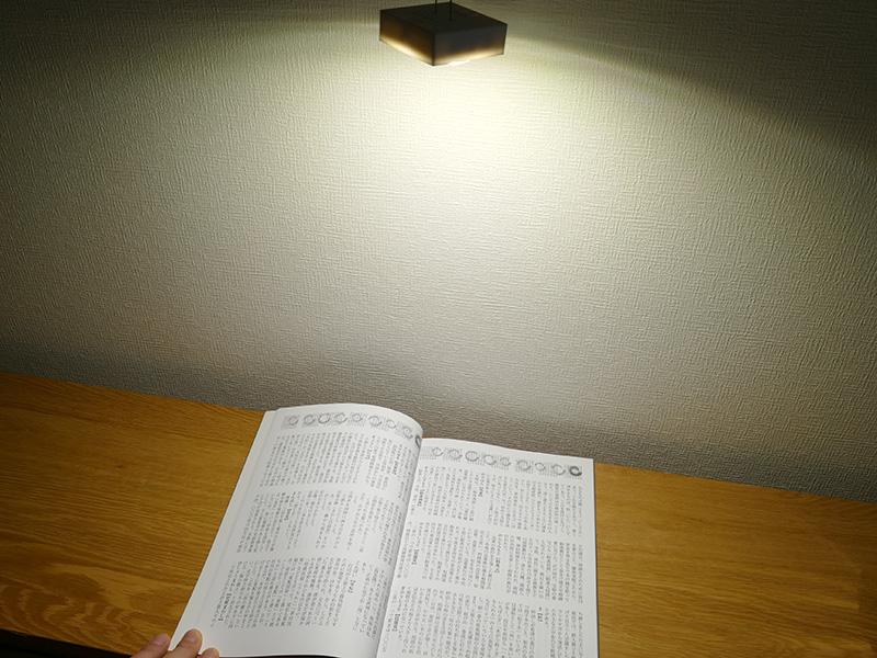 ディフューザーを外して吊り下げたエネヴュー キューブ「ホワイト強」の45cm真下の明るさは140lx。軽い読み物もできるほど明るい。キャンプ時のテントの明かりとしても十分活用できる